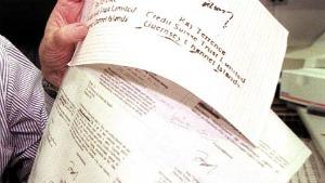 Perito mostra documentos com as assinaturas falsas do ex-ministro Sérgio Motta, do governador Mário Covas e do presidente Fernando Henrique Cardoso, parte do Dossiê Cayman
