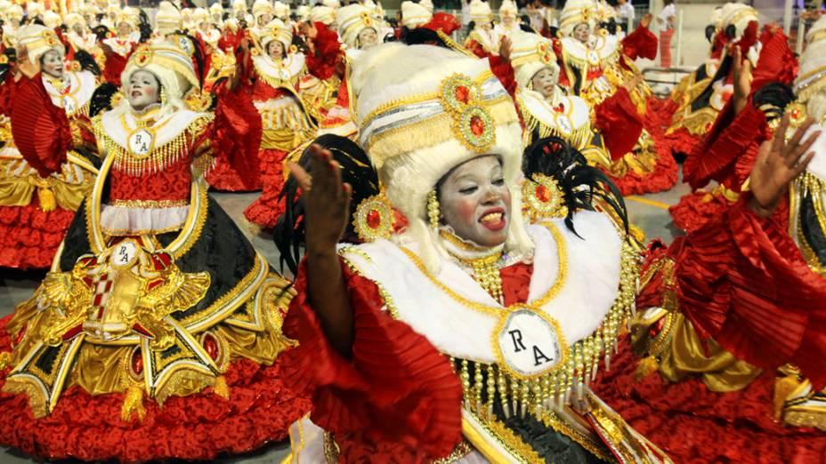 Integrantes da Dragões da Real enfrentaram chuva forte durante desfile