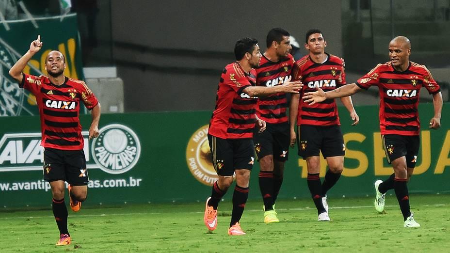 Jogadores do Sport comemoram gol marcado contra o Palmeiras, durante jogo de inauguração do novo estádio, em São Paulo