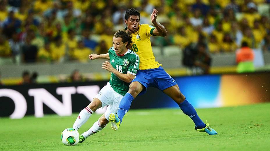 Jogador Paulinho disputa a bola com o jogador Guardado do México, pela Copa das Confederações em Fortaleza