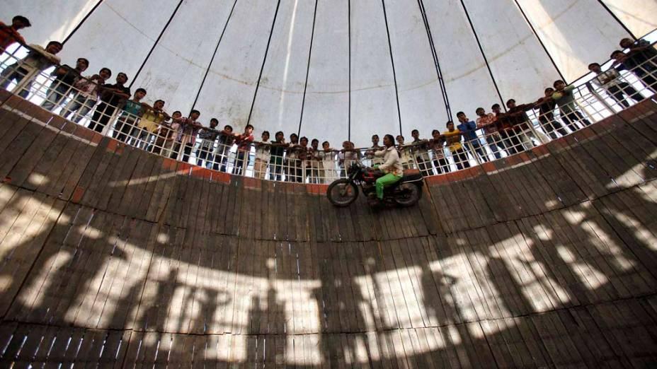 Dublê durante demonstração de motocicleta na roda da morte em Délhi, Índia