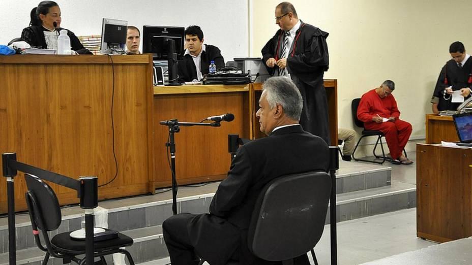 Durante depoimento do delegado Edson Moreira, Bola (à dir.) faz anotações