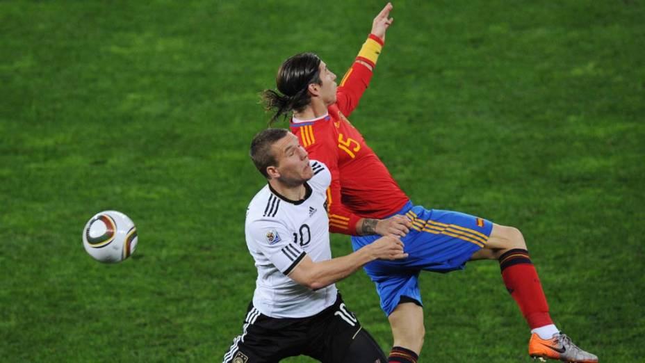 Lance entre Sergio Ramos e Lukas Podolski durante a partida Alemanha e Espanha pela Semifinal da Copa da África do Sul