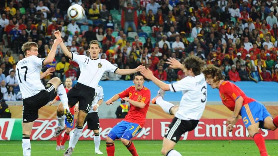 Miroslav Klose e Per Mertesacker durante a partida Alemanha e Espanha pela Semifinal da Copa da África do Sul