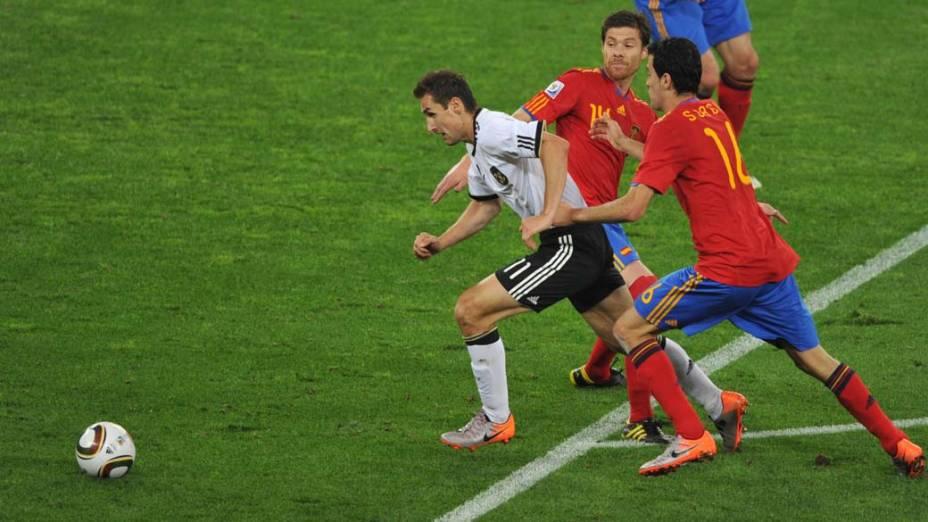 Miroslav Klose tenta sair da defesa espanhola durante a partida Alemanha e Espanha pela Semifinal da Copa da África do Sul