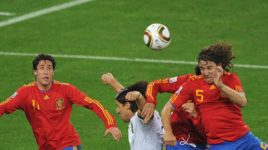 Carles Puyol cabeceia para marcar o gol da Espanha contra a Alemanha