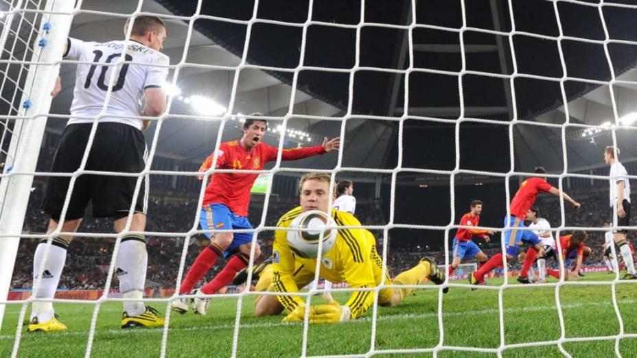 Goleiro alemão Manuel Neuer observa a bola dentro do gol durante a partida Alemanha e Espanha pela Semifinal da Copa da África do Sul