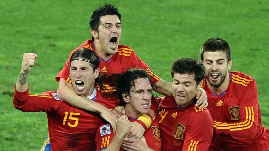 Jogadores da Espanha comemoram gol de Puyol contra a Alemanha