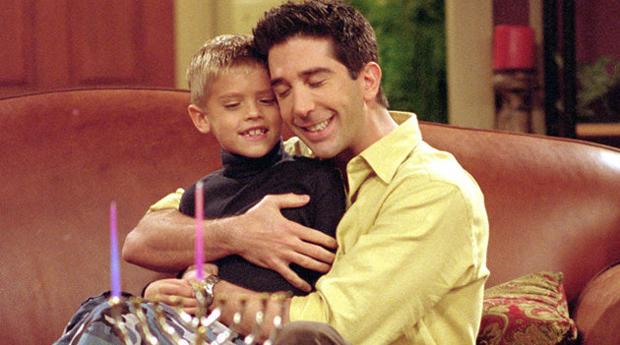 Dylan Sprouse no seriado Friends, em que fazia o filho de Ross (David Schwimmer)