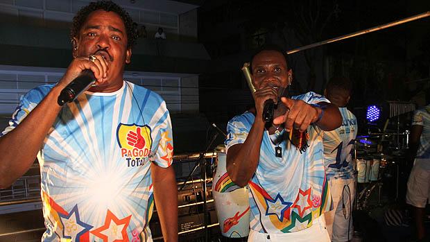 Beto Jamaica e Cumpadre Washington, do É o Tchan, cantam no bloco Pagode Total