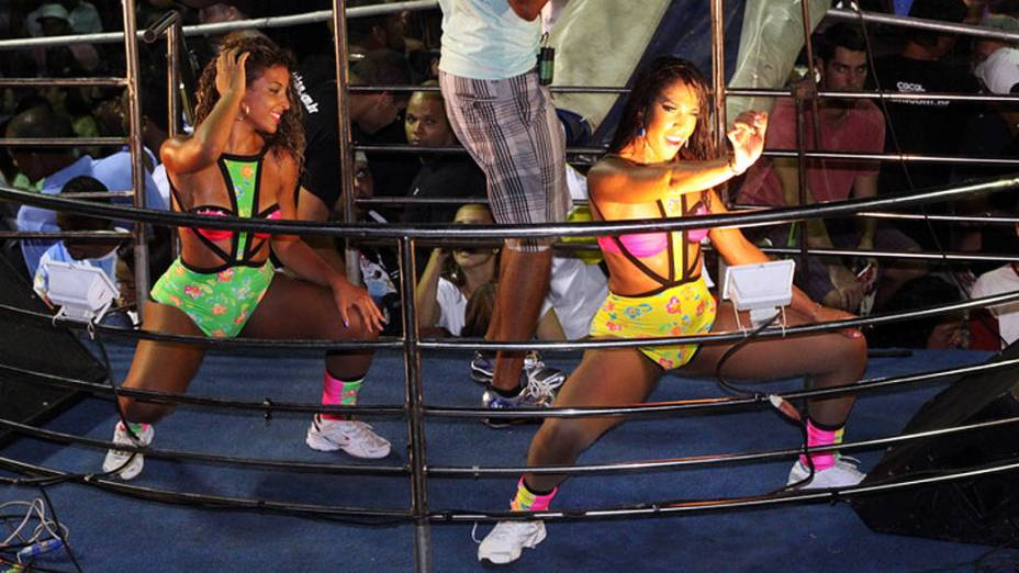 Elisangela Pereira, e Joyce Mattos, as novas dançarinas do É o Tchan, relembram os anos 90 e repetem coreografias e figurino que alçaram o grupo de axé ao sucesso