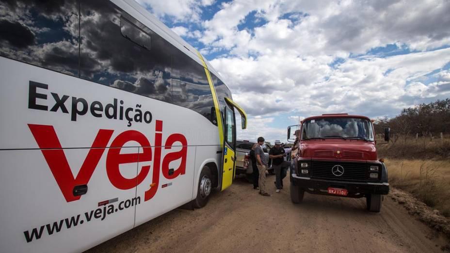 Expedição Veja retorna à rodovia BA156 em condições precárias, rumo à cidade de Janaúba (MG)