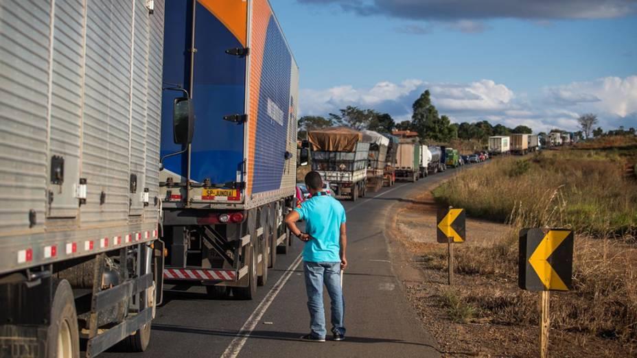 Trânsito parado na rodovia BR 135 entre as cidades de Montes Claros e Sete Lagoas (MG)