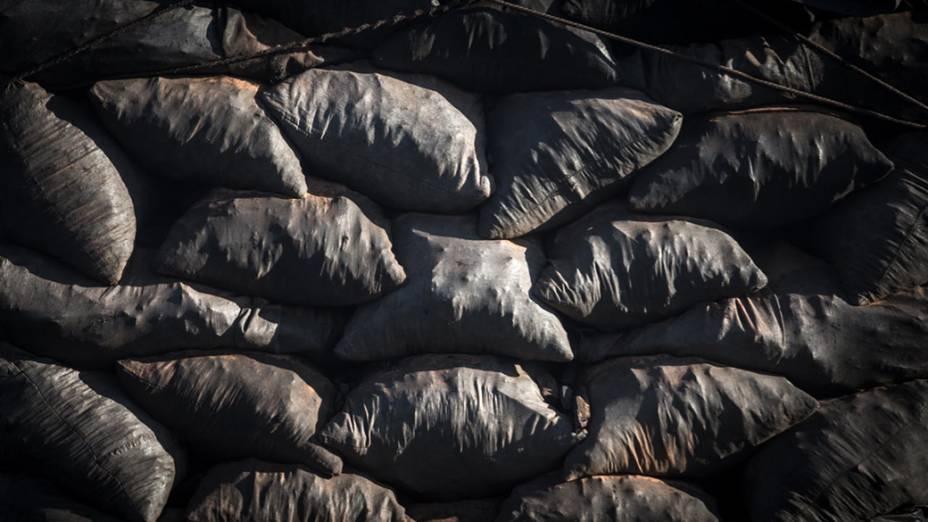 Carregamento de carvão na BR 135 entre Montes Claros e Sete Lagoas (MG)