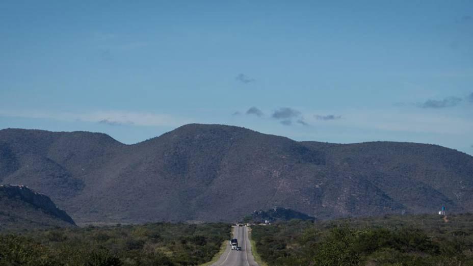 Rodovia no caminho para Irecê (BA), na região de Pindobaçu (BA)