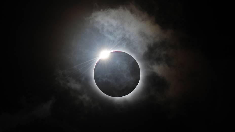 O eclipse solar total é visto nesta quarta-feira (14), em Queensland, na Austrália. O processo de três horas em que a Lua bloqueia o Sol só é visível para quem está no norte do país