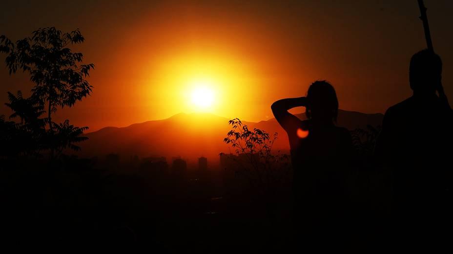 Casal observa eclipse parcial, que também pode ser visto no Sul do chile
