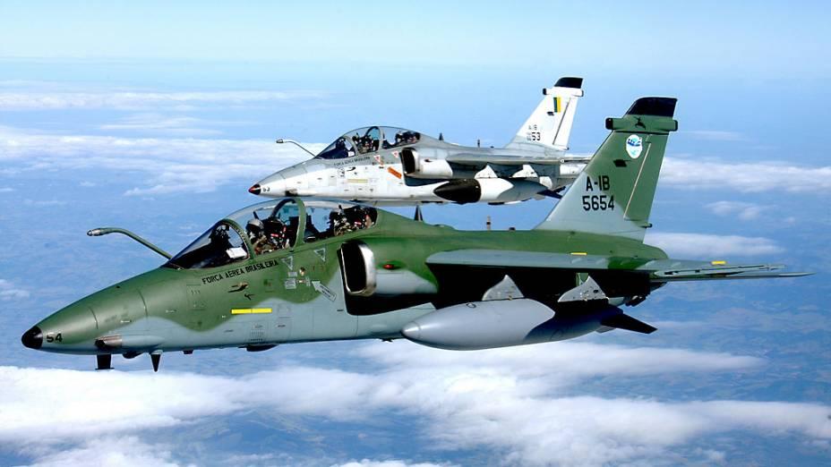 Realiza missões de ataque ao solo, bombardeio, apoio aéreo tático e reconhecimento