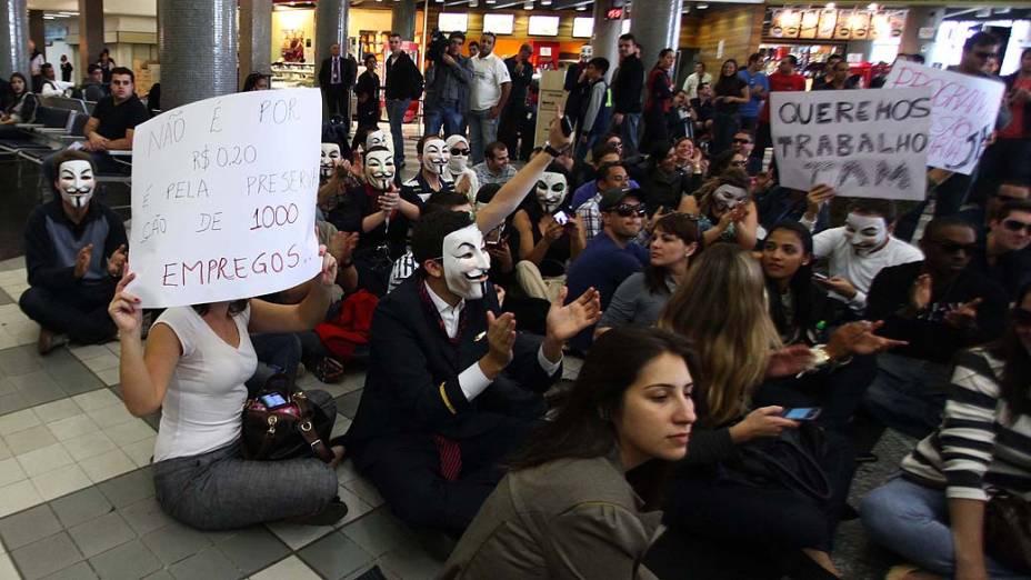 Funcionários da TAM realizam protesto contra demissões de funcionários no dia 2 de agosto, no Aeroporto de Congonhas, em São Paulo