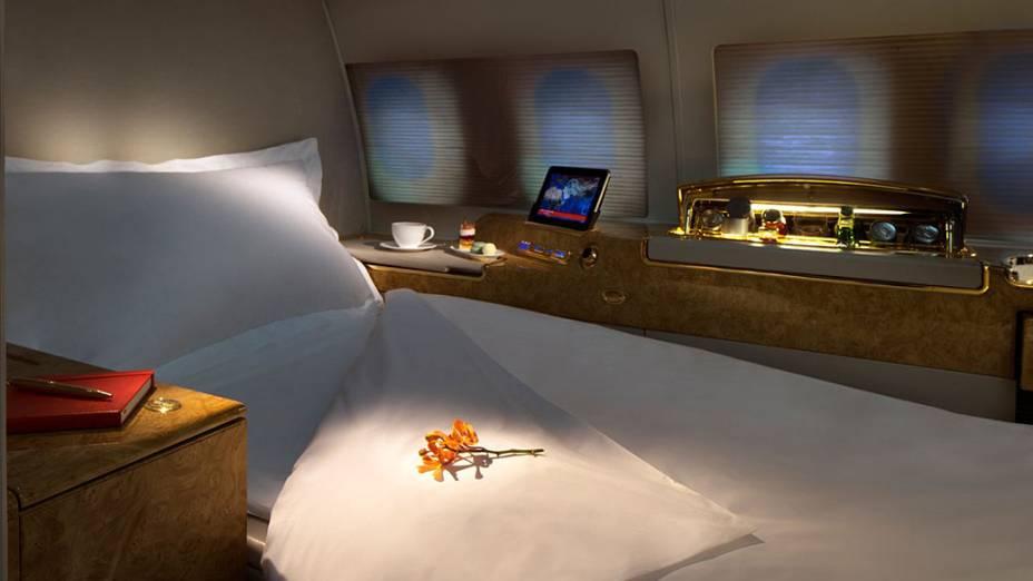 Cada uma das acomodações possui uma ampla poltrona no estilo lie-flat, que se inclina de 150º a 175º
