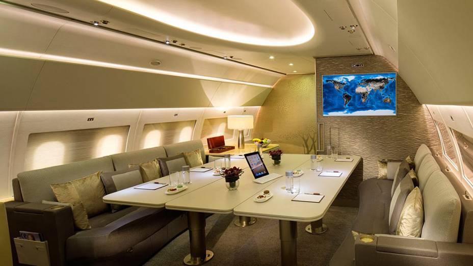 O Emirates A319 é dividido em duas partes principais. A primeira é um amplo lounge, próximo à cabine do piloto