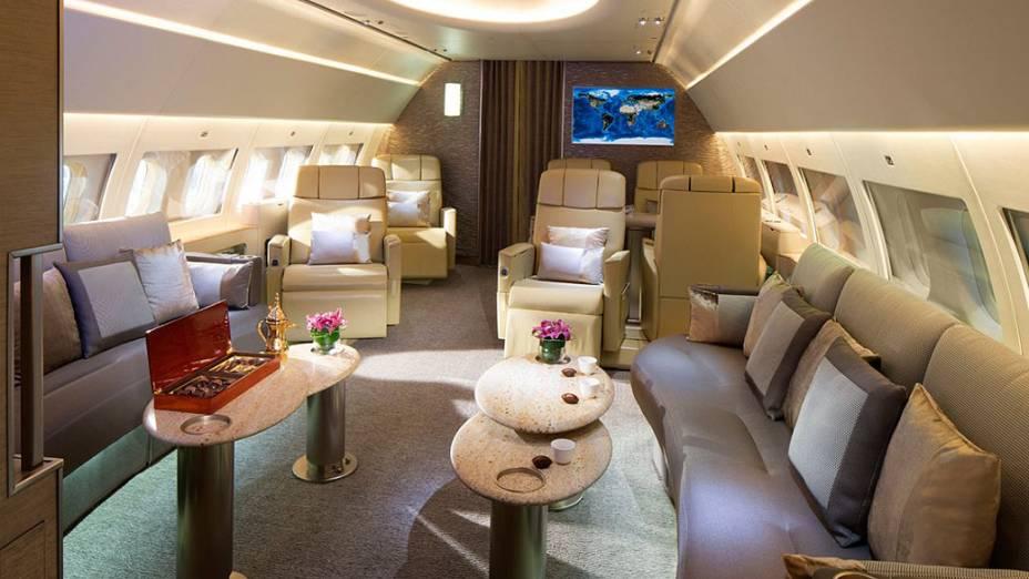 O espaço é equipado com dois convidativos sofás, quatro mesas e dois televisores de LCD de 42 polegadas