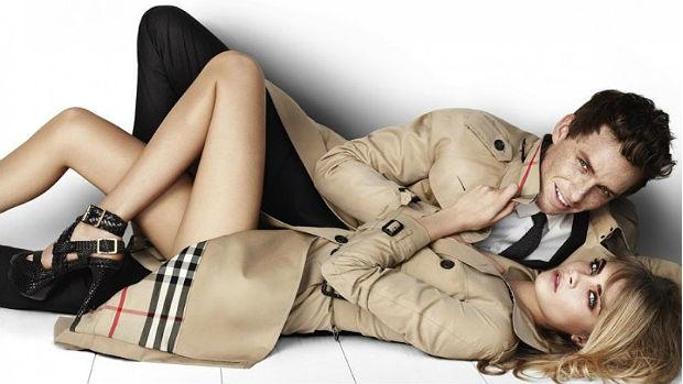 Eddie Redmayne e Cara Delevingne em foto de campanha da Burberry