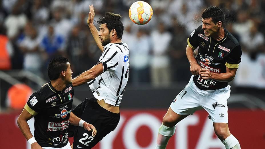 Jogadores do Corinthians e Once Caldas da Colômbia, em partida válida pela fase preliminar da Copa Libertadores, na Arena Corinthians, em Itaquera, região leste de São Paulo, nesta quarta-feira (04)
