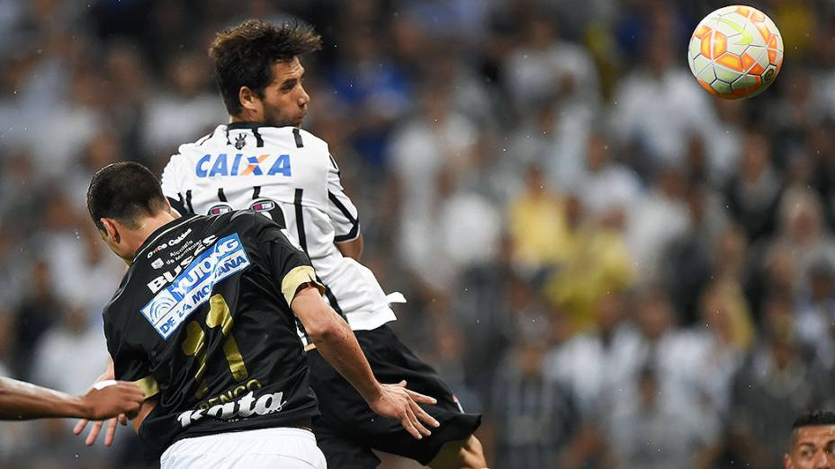 O jogador Felipe do Corinthians marca o gol durante a partida entre Corinthians BRA e Once Caldas COL válida pela Copa Libertadores da América 2015 no Estádio Arena Corinthians em São Paulo (SP), nesta quarta-feira (04)