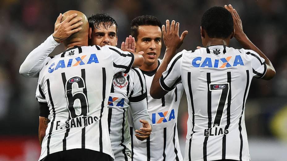 Jogadores do Corinthians comemoram o gol contra o Once Caldas da Colômbia, em partida válida pela fase preliminar da Copa Libertadores, na Arena Corinthians, em Itaquera, região leste de São Paulo, nesta quarta-feira (04)