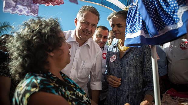 O candidato do PSB à presidência, Eduardo Campos, e sua vice, Marina Silva, fazem caminhada no centro de Águas Lindas, em Goiás