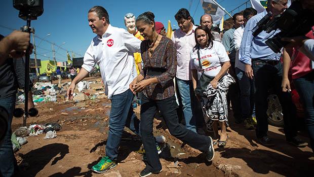 Eduardo Campos e Marina Silva fazem caminhada pela comunidade Sol Nascente, em Ceilândia, cidade-satélite de Brasília para marcar o início da campanha política