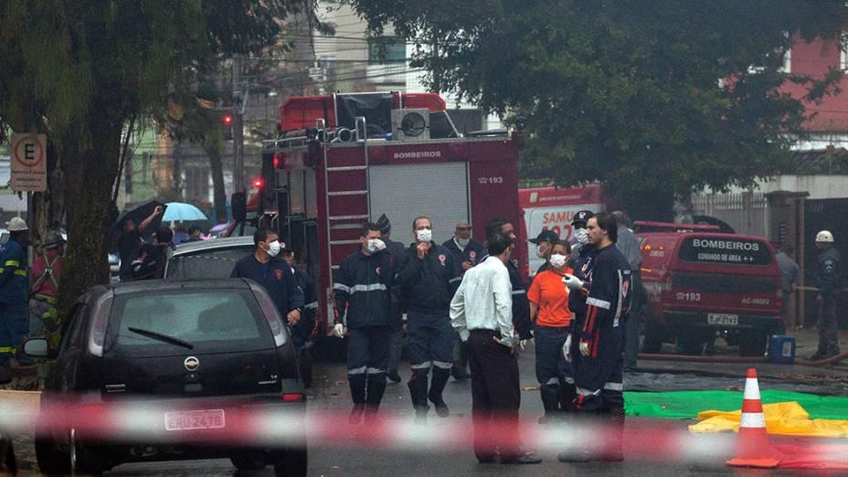 Equipes de resgate no local onde caiu a aeronave que transportava Eduardo Campos