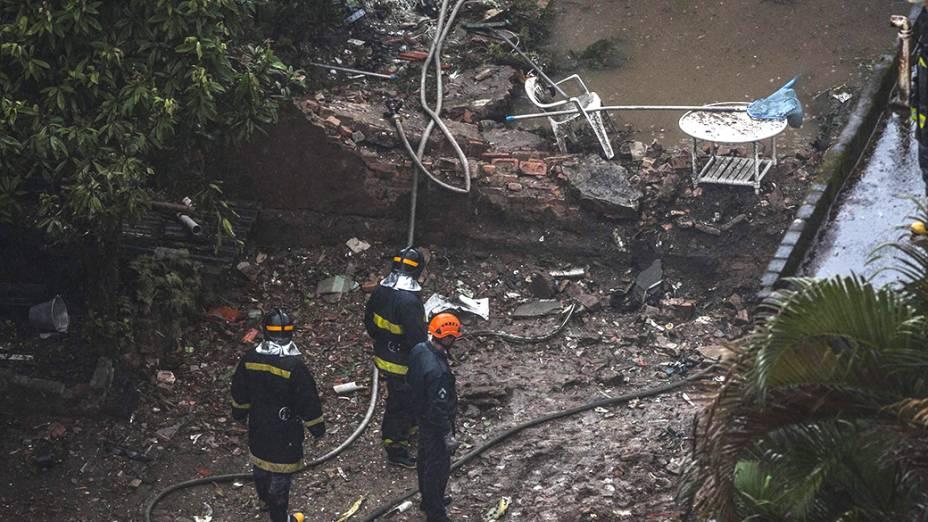 Equipe de resgate no local do acidente envolvendo Eduardo Campos, em Santos