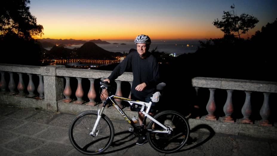 Prefeito do Rio, Eduardo Paes, pedala às 5h para perder peso