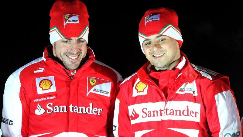 Fernando Alonso e Felipe Massa posam durante corrida promocional na Itália