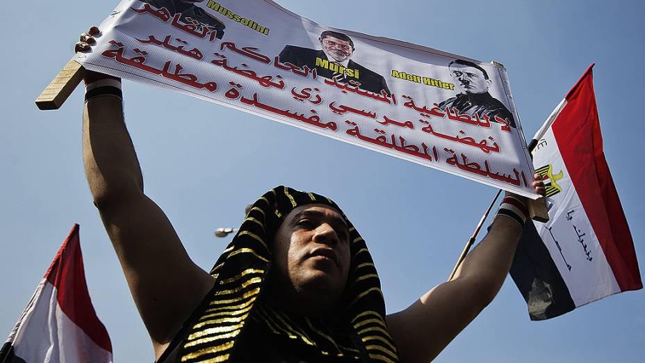 Egípcio vestido de faraó participa de mais um dia de protesto contra o presidente Mohamed Morsi