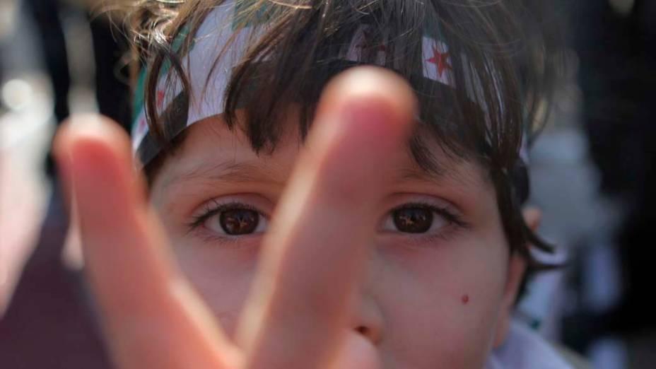 Garoto sírio que vive no Egito durante protesto contra o presidente da Síria, Bashar al-Assad, no Cairo, Egito