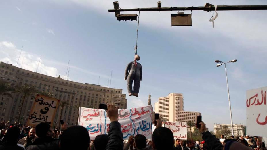 Boneco representando o presidente Hosni Mubarak durante protesto com mais de 5 mil pessoas no Cairo, Egito