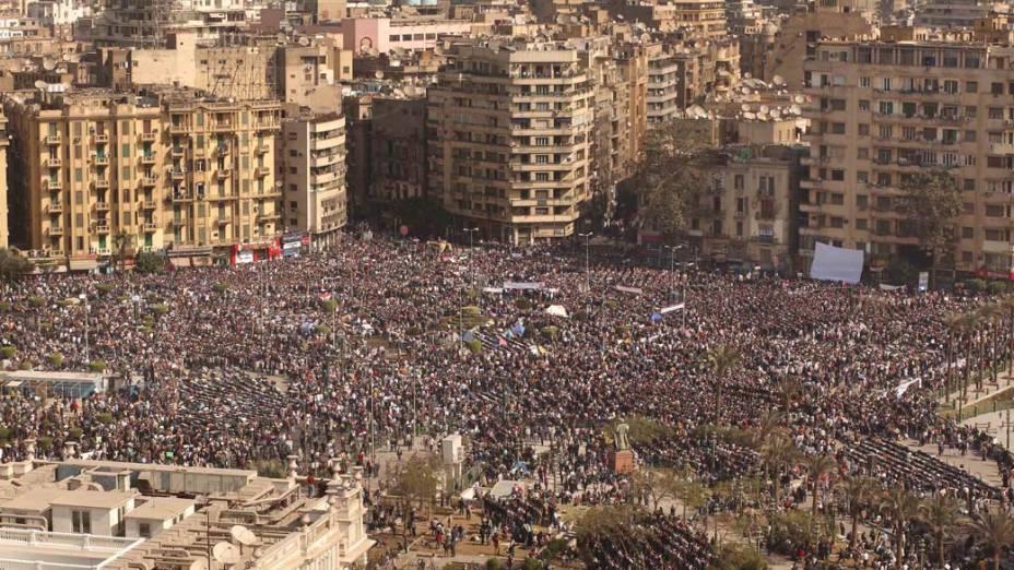 Manifestantes se reúnem na praça Tahrir no Cairo, Egito. Exército disse que não usará força contra a população durante os protestos