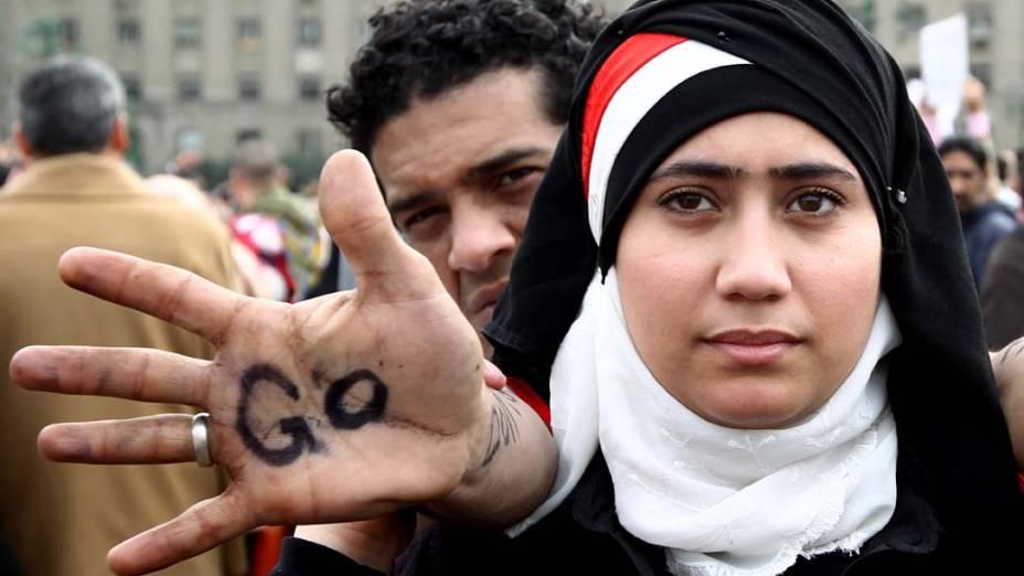Casal de noivos egípcio durante protesto na praça Tahrir, no Cairo, Egito