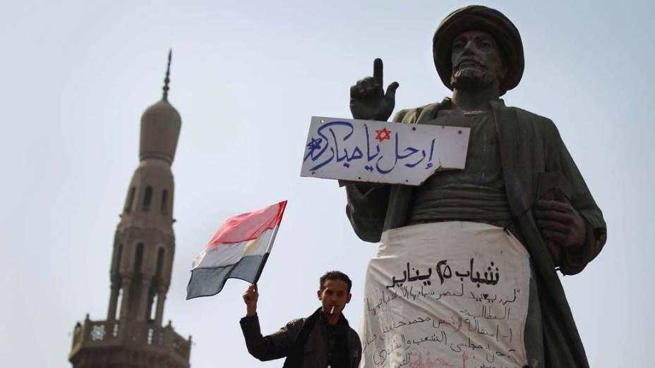 Manifestante na praça Tahrir, no Cairo, Egito