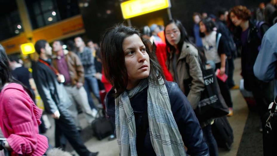 Mulher aguarda no terminal do Aeroporto Internacional do Cairo um voo para sair do Egito