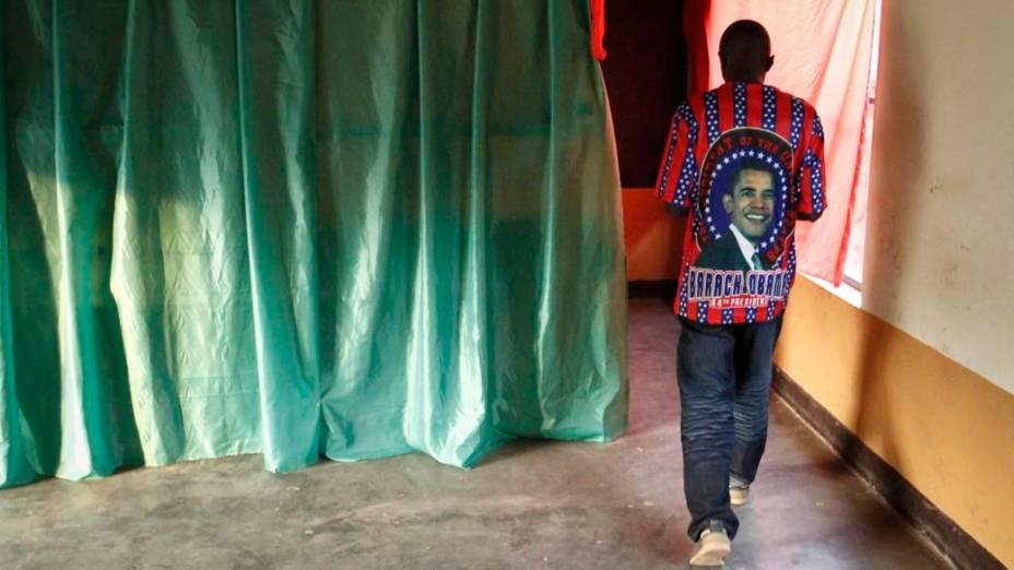Em Ruanda, eleitor se dirige ao local da votação. Esta é segunda eleição presidencial desde o fim do genocídio de 1994