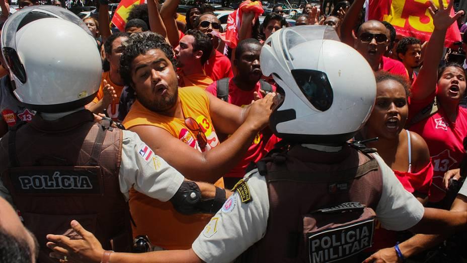 Confusão entre militantes do PT e do DEM na faculdade de administração da UFBA no bairro do canela, local de votação do candidato do DEM, ACM Neto