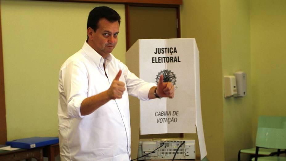 O prefeito de São Paulo, Gilberto Kassab (PSD), vota no colégio Santa Cruz, no Alto de Pinheiros, zona oeste da capital paulista