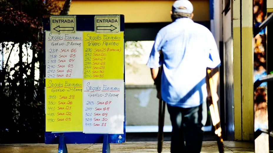 Eleitores votam em escola da zona Sul de São Paulo