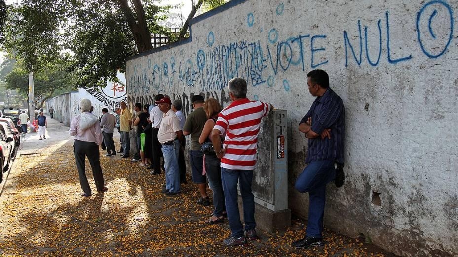 Fila de eleitores para votação na Escola Estadual Cidade de Hiroshima, no Parque do Carmo, zona leste de São Paulo, na manhã deste domingo