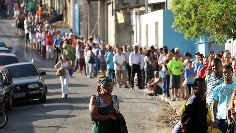 Fila de eleitores para votação no segundo turno das eleições municipais na E.E. Pastor Cícero Canuto de Lima, no bairro do Morro do Índio, na região do Jardim Ângela, zona sul de São Paulo