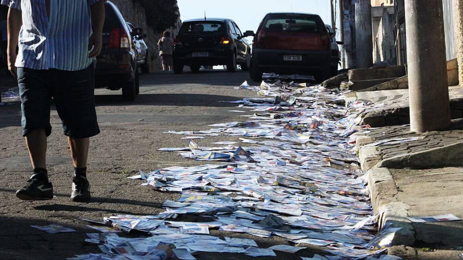 Panfletos de candidatos espalhados pelas ruas nas proximidades do Colégio EE Allyrio de Figueiredo Brasil, no Bairro da Vila Fátima, em Guarulhos (SP), neste domingo (28)